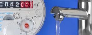 Laufende Wasseruhr mit Wasserhahn
